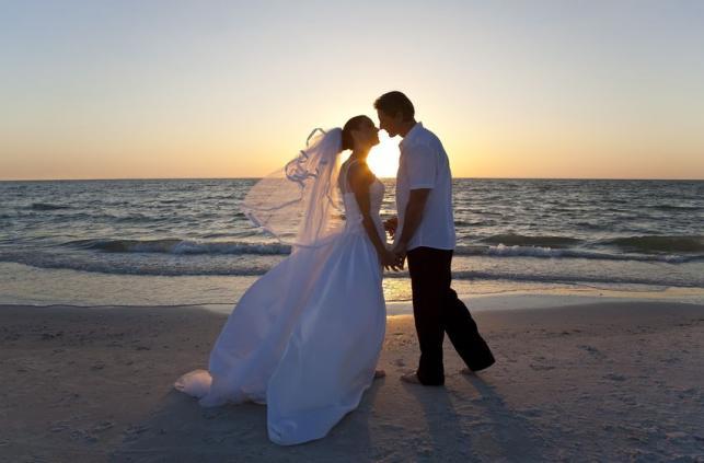 Mindenki ismeri azt az esküvői hagyományt, hogy a vőlegény egészen addig nem láthatja a menyasszony ruháját, míg az oltár elé nem állnak.